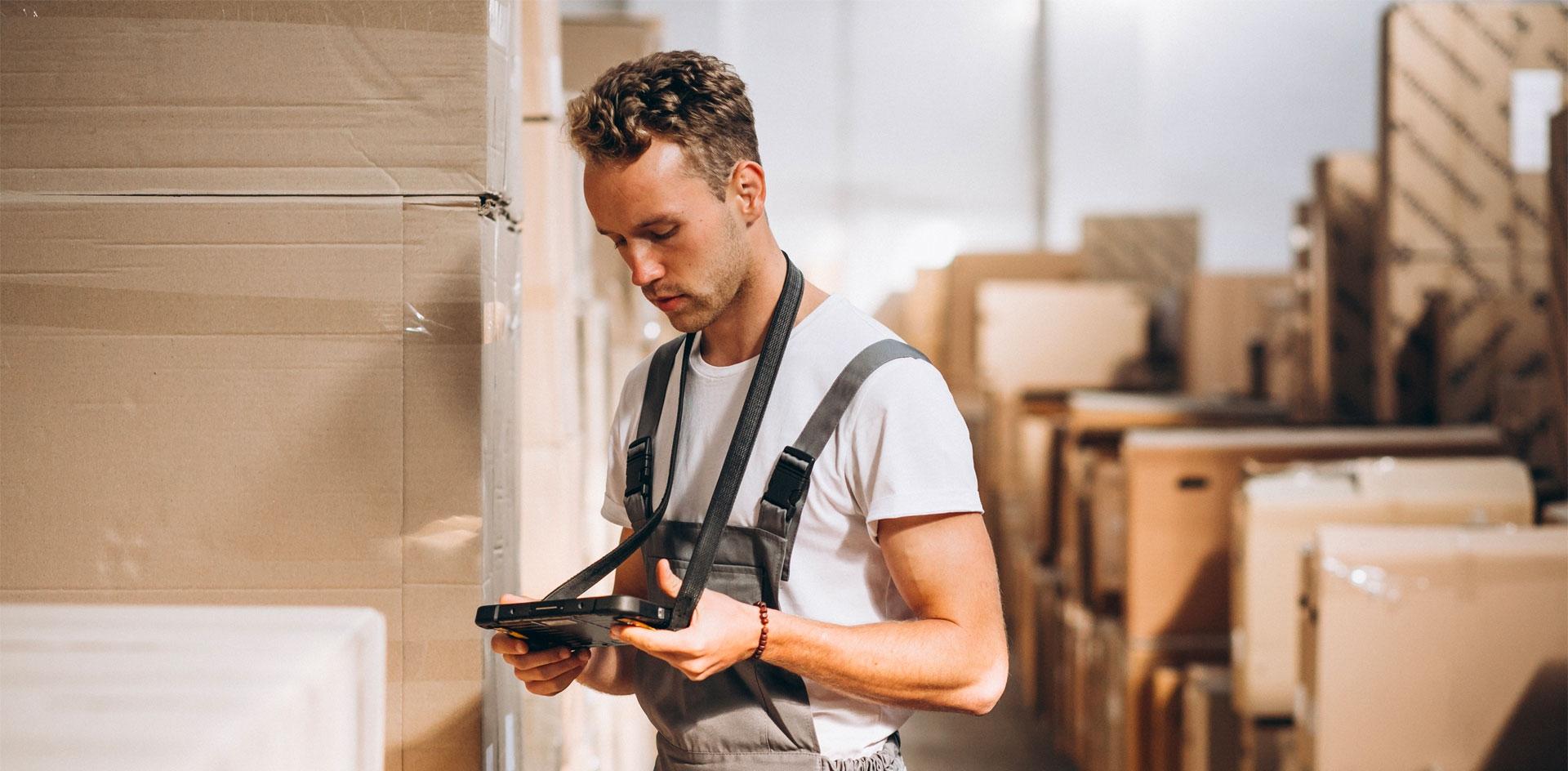 L'agent logistique vérifie le stock de carton.